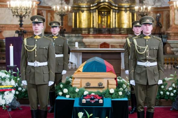 """Vaizdo rezultatas pagal užklausą """"Adolfo Ramanausko – Vanago atminimą valstybinėse laidotuvėse pagerbė 30 šalių diplomatai"""""""